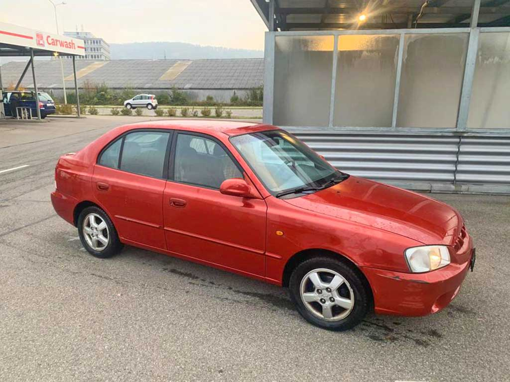 HYUNDAI Accent 1,6 GLS Limousine 2001 Benziner manuell rot 217000km 105PS 1599ccm 1212kg 5,9L