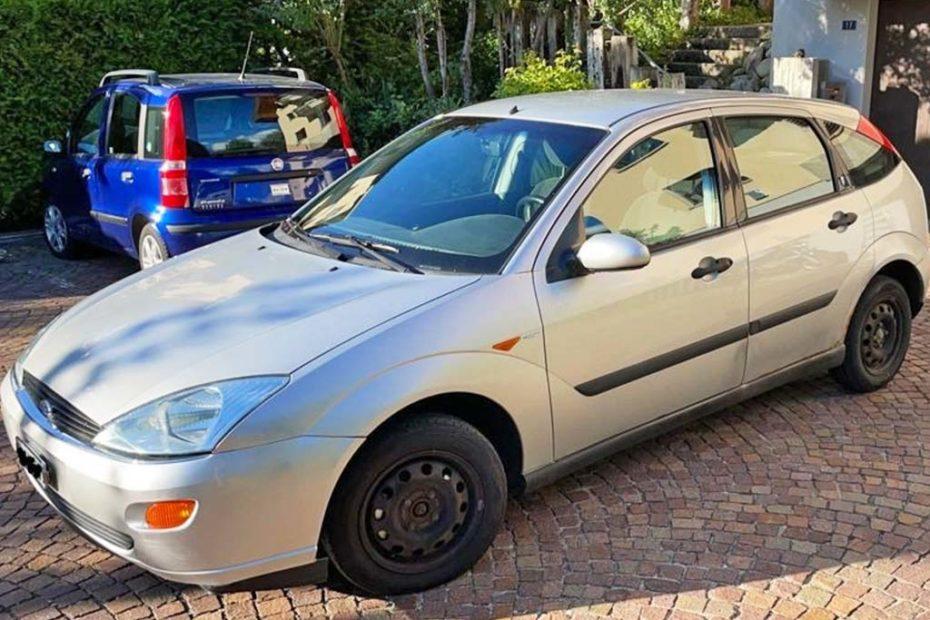FORD Focus 1.6i 16V Ambiente Limousine 2001 Benziner manuell 100PS 1596ccm 1200kg schwarz